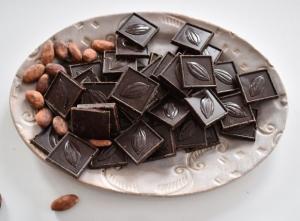 40 DB 75% os MÉZES étcsokoládé kocka + 10 db pörkölt kakaóbab lebomló csomagolásban
